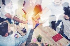 Geschäftsleute, die ihre Hände zusammenfügen Konzept der Integration, der Teamwork und der Partnerschaft Doppelte Berührung lizenzfreie stockfotografie