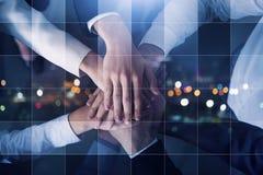 Geschäftsleute, die ihre Hände zusammenfügen Konzept des Starts, der Integration, der Teamwork und der Partnerschaft Doppelte Ber stockbild