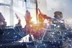 Geschäftsleute, die ihre Hände zusammenfügen Konzept des Starts, der Integration, der Teamwork und der Partnerschaft Doppelte Ber stockfoto