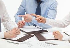 Geschäftsleute, die ihren Teilhaber beschuldigen Stockbilder