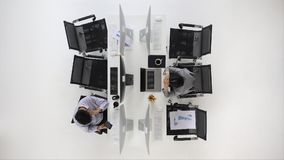 Geschäftsleute, die im Büro arbeiten stock video footage