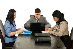 Geschäftsleute, die im Büro arbeiten Stockfotografie
