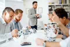 Geschäftsleute, die im Büro essen lizenzfreie stockfotos