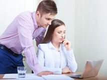 Geschäftsleute, die im Büro am Schreibtisch zusammenarbeiten Lizenzfreie Stockfotografie