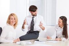 Geschäftsleute, die im Büro am Schreibtisch zusammenarbeiten Lizenzfreies Stockbild