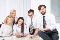 Geschäftsleute, die im Büro am Schreibtisch zusammenarbeiten Stockbild
