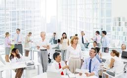 Geschäftsleute, die im Büro sich besprechen Stockfoto