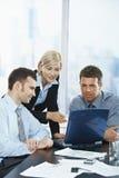 Geschäftsleute, die im Büro sich treffen Lizenzfreie Stockfotografie