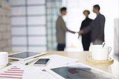 Geschäftsleute, die im Büro sich treffen
