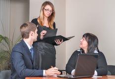 Geschäftsleute, die im Büro sich treffen stockfoto
