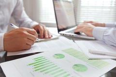 Geschäftsleute, die im Büro, Team arbeiten lizenzfreie stockfotos