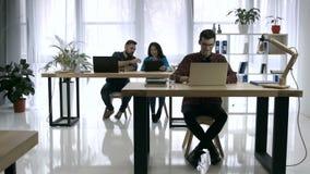 Geschäftsleute, die im Büro zusammenarbeiten stock video