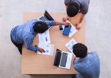 Geschäftsleute, die im Bürokonzept, unter Verwendung der Ideen, Diagramme, Computer, Tablet, intelligente Geräte auf Unternehmens lizenzfreie stockfotos