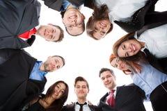 Geschäftsleute, die im Kreis stehen Stockfotos