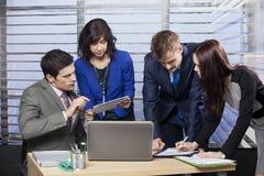 Geschäftsleute, die im Team arbeiten Stockfoto