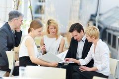 Geschäftsleute, die im Team arbeiten Stockbild