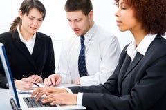 Geschäftsleute, die im Team im Büro arbeiten Lizenzfreie Stockfotografie