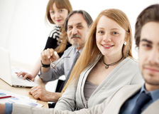 Geschäftsleute, die im Team im Büro arbeiten Lizenzfreie Stockfotos