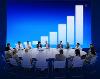 Geschäftsleute, die Infographic treffen Stockfotos