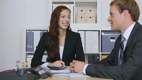 Geschäftsleute, die Internet-Zeichen halten stock footage