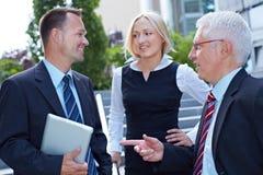 Geschäftsleute, die kleines Gespräch tun Lizenzfreie Stockfotos