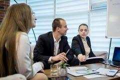 Geschäftsleute, die Konferenz-Diskussions-Unternehmenskonzept treffen, Stockfotos