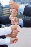 Geschäftsleute, die Kontrollturm aufbauen Lizenzfreie Stockfotografie