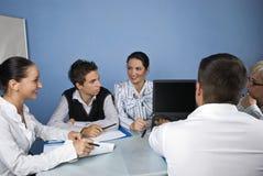 Geschäftsleute, die Laptop bei der Sitzung verwenden stockfotografie
