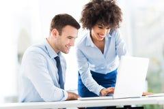 Geschäftsleute, die Laptop betrachten stockfotos