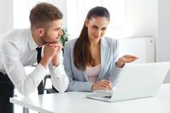 Geschäftsleute, die Laptop-Computer bei Ofiice verwenden Lizenzfreie Stockfotografie