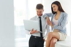 Geschäftsleute, die Laptop-Computer bei Ofiice verwenden Stockfotografie