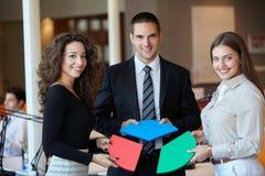 Geschäftsleute, die Laubsäge zusammenbauen Lizenzfreie Stockfotos