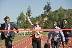 Geschäftsleute, die in laufender Bahn konkurrieren lizenzfreies stockfoto