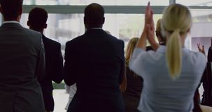Geschäftsleute, die männlichen Sprecher in einem Geschäftsseminar 4k applaudieren stock footage