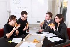Geschäftsleute, die Mahlzeit zusammen haben lizenzfreies stockbild