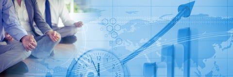 Geschäftsleute, die mit blauem Finanzdiagrammübergang meditieren lizenzfreies stockbild