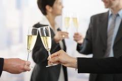 Geschäftsleute, die mit Champagner feiern Stockfoto