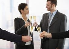 Geschäftsleute, die mit Champagner feiern Stockbilder