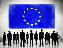 Geschäftsleute, die mit der Flagge von Europa stehen Stockfoto