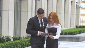 Geschäftsleute, die mit digitaler Tablette arbeiten stock video footage