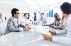 Geschäftsleute, die mit gegenseitig sprechen stockfotos