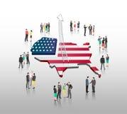 Geschäftsleute, die mit Leiterpfeil und -amerikanischer Flagge stehen Stockbild