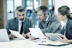 Geschäftsleute, die mit Tablette und Laptop arbeiten Stockbild