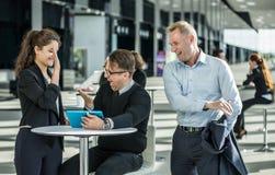 Geschäftsleute, die Mitarbeiter beglückwünschen Lizenzfreies Stockbild