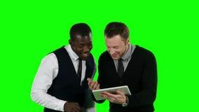 Geschäftsleute, die nach Laptop suchen und sehr glückliches Grüner Bildschirm stock footage