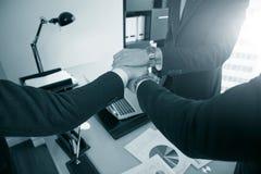 Geschäftsleute, die nah Hände oben stapeln, stockfotografie