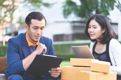 Geschäftsleute, die nahes Büro im Freien bearbeiten und treffen stockbilder