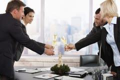 Geschäftsleute, die neues Jahr feiern Lizenzfreies Stockfoto