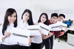 Geschäftsleute, die Papiere im Büro zeigen stockbilder