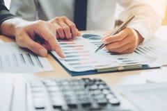 Geschäftsleute, die Planungs-Strategie-Analyse auf neuem busine treffen stockbild